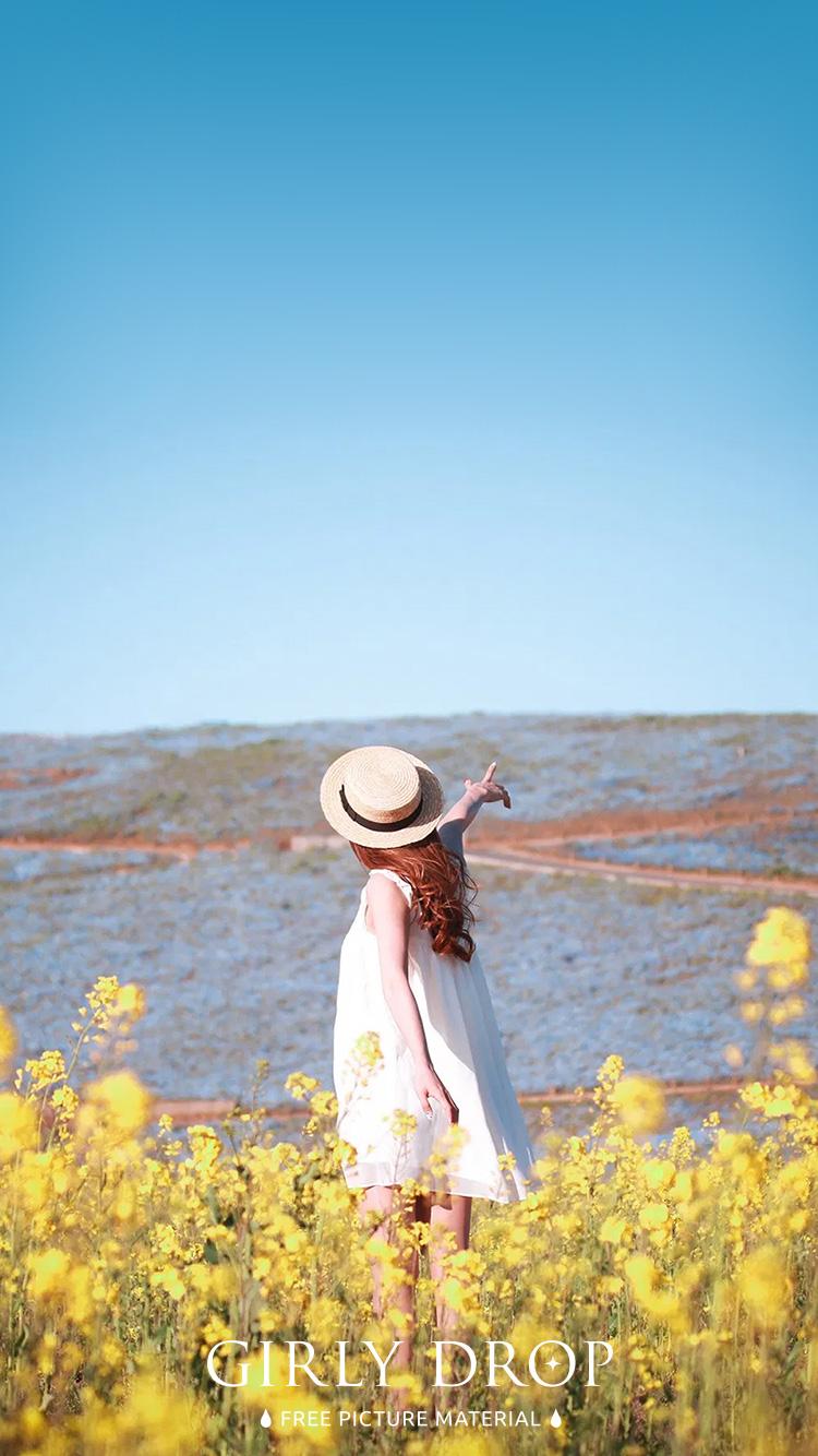 おしゃれなiphone壁紙 菜の花畑で空を指差すとってもポジティブな女の子のiphone スマホ 壁紙 おしゃれなフリー写真素材 Girly Drop