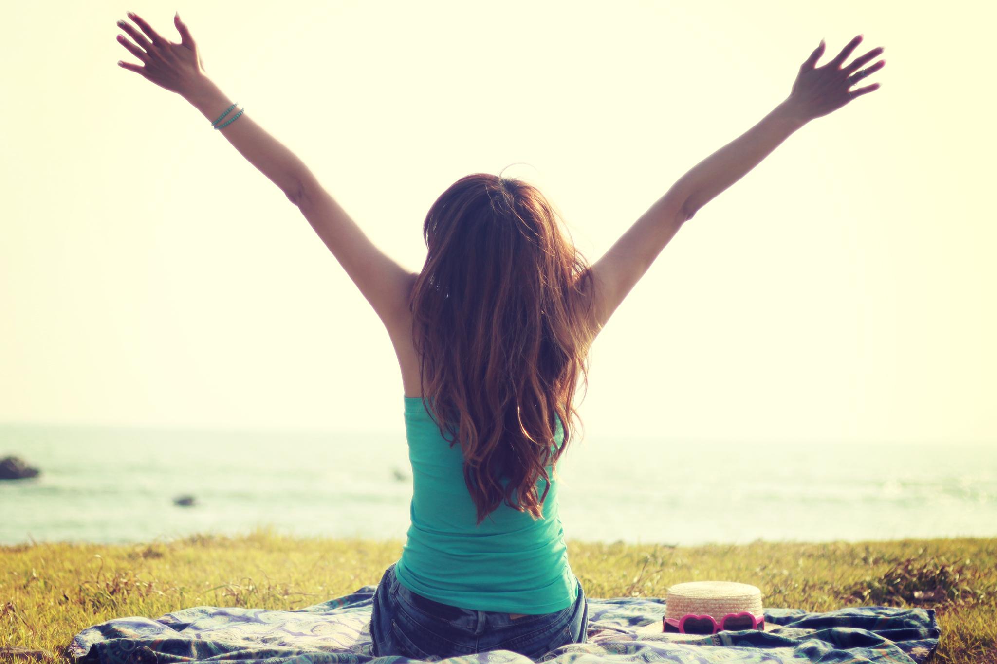 海の見える丘でストレッチをする女の子のフリー画像|おしゃれなフリー写真素材:GIRLY DROP