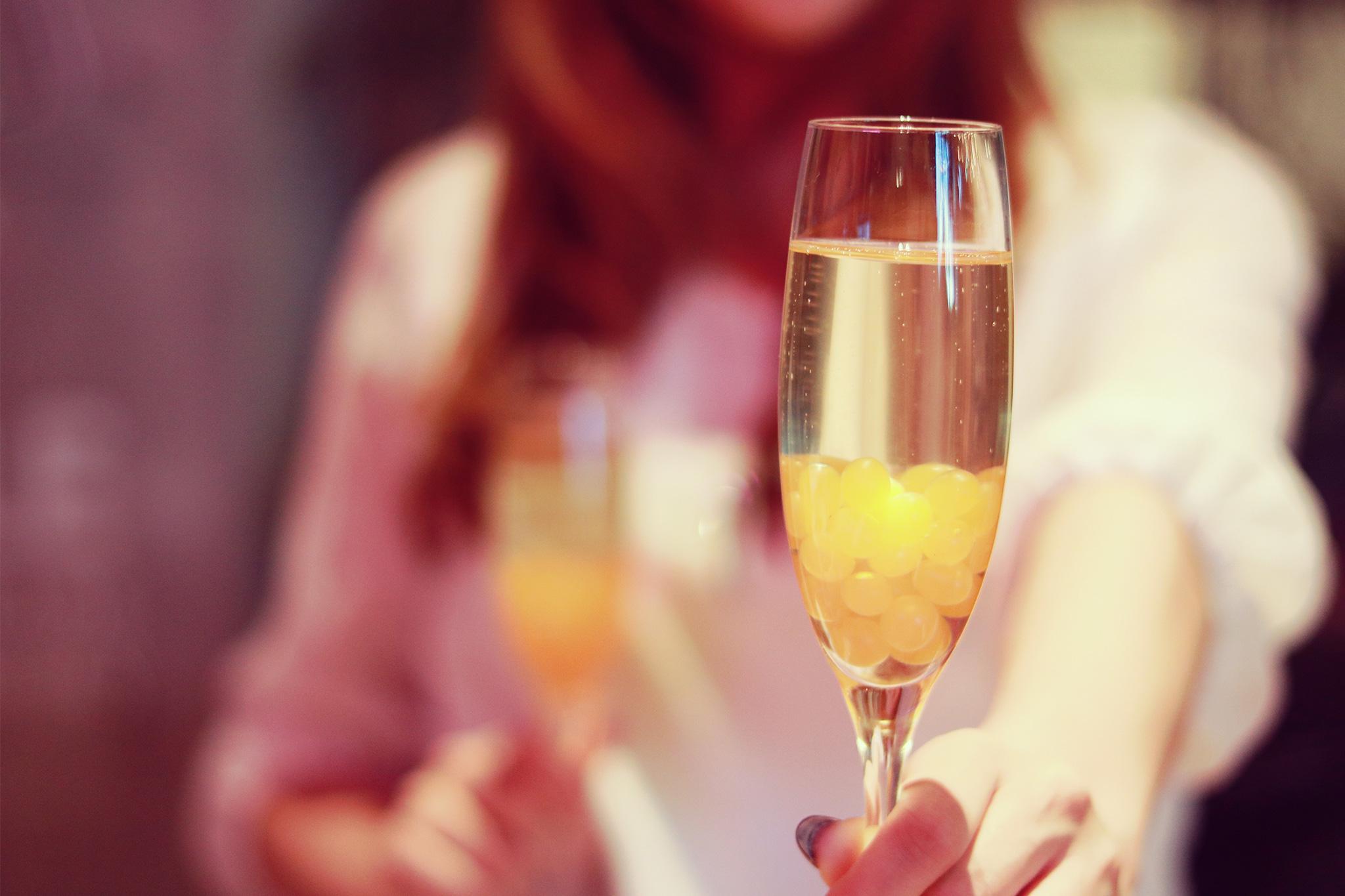 パパ活、パトガール、pato、アプリ、ギャラ飲み、副業 グラスを差し出す女性