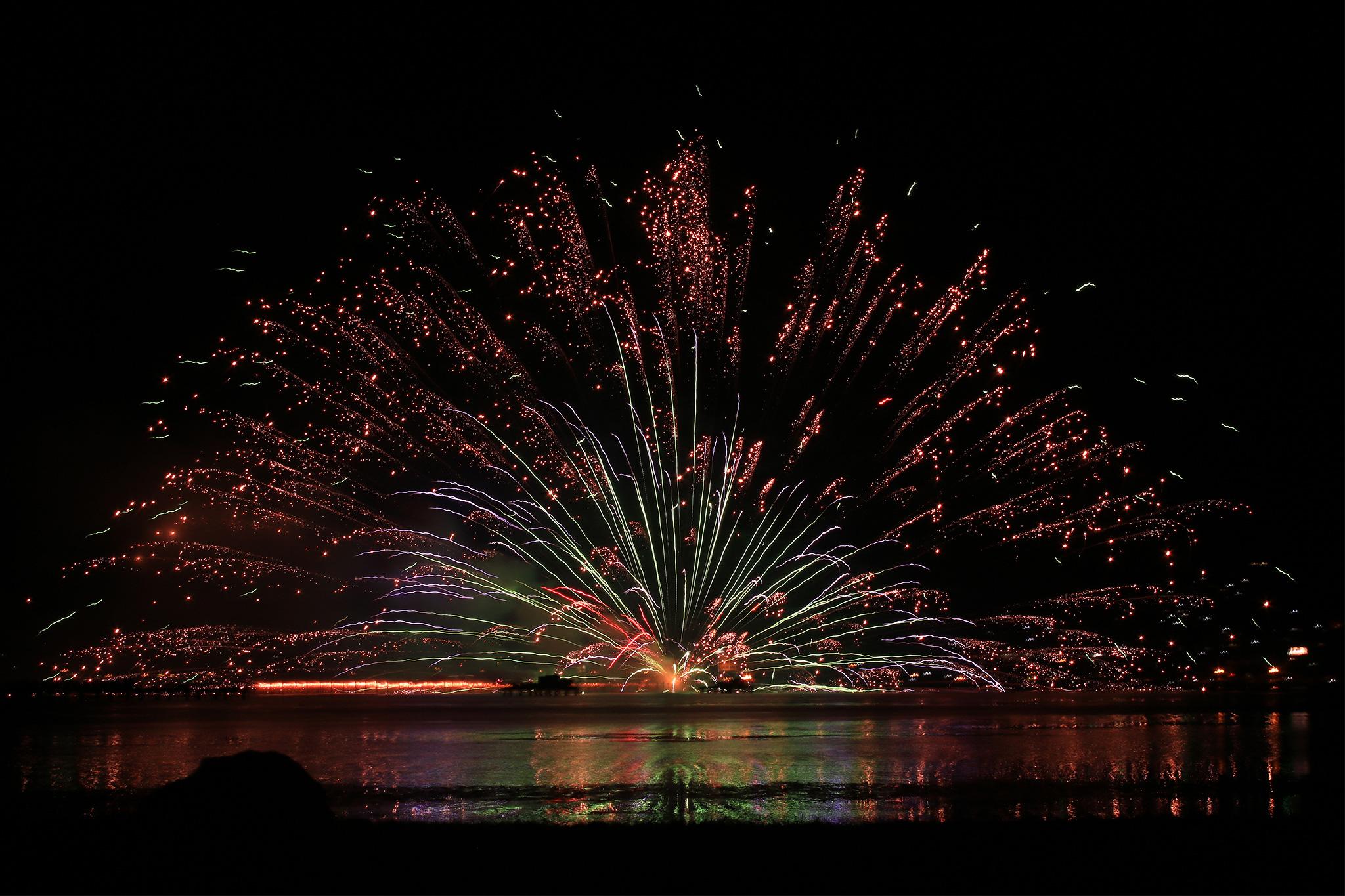 湖面に反射する世界一美しい花火のフリー画像 おしゃれなフリー写真素材 Girly Drop